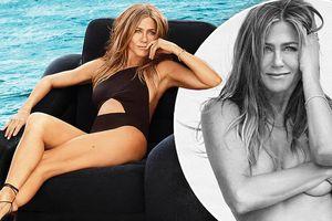 Jennifer Aniston hững hờ che ngực trần ở tuổi 50