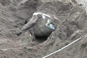Phát hiện thi thể người đàn ông trong đống cát