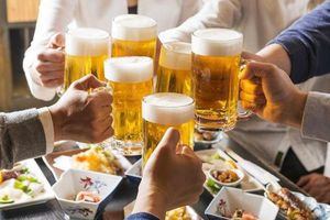 Luật rượu bia ngày càng yếu, Bộ Y tế muốn cấm uống theo giờ