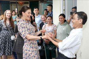 Công chúa kế vị Thụy Điển thích thú khi thăm làng nghề mây tre đan Phú Vinh