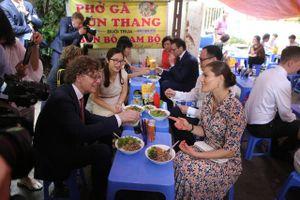 Công chúa Thụy Điển thưởng thức bún bò Nam Bộ tại quán ăn bình dân