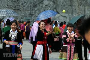 Đồng bào các dân tộc đón mừng ngày chiến thắng Điện Biên Phủ