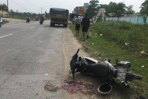 Va chạm với ô tô tải, nam thanh niên đi xe máy bị dập nát chân