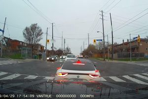 Xe Lexus tông thẳng vào đầu Kia Stinger