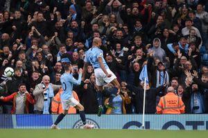 Kompany lập siêu phẩm, Man City chạm một tay vào chức vô địch