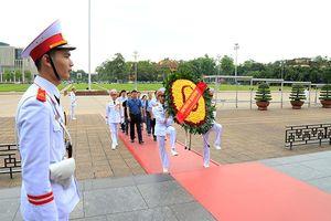 Đoàn đại biểu Tập đoàn Nhật báo Quảng Tây (Trung Quốc) vào Lăng viếng Chủ tịch Hồ Chí Minh