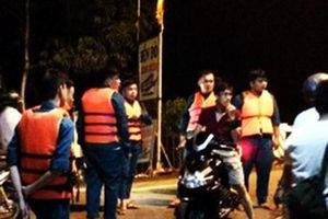 Băng đường ngập trong cơn mưa, 2 thanh niên bị nước cuốn mất tích