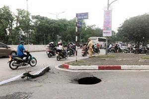 Hố 'tử thần' xuất hiện gần cổng trường ĐH Bách Khoa Hà Nội