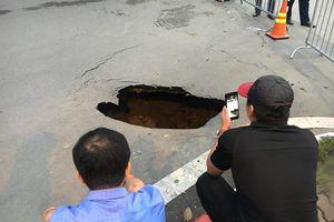 Giật mình trước 'hố tử thần' sâu 1,5m xuất hiện giữa Thủ đô