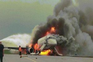Giữa khói lửa ngùn ngụt, cơ phó máy bay Nga thoát ra rồi vẫn trèo vào cứu người