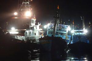 Xuyên đêm cứu nạn 16 ngư dân trên vùng biển Hoàng Sa
