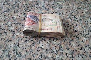 Bé gái 13 tuổi nhặt được cọc tiền 10 triệu đồng mang trả người đánh mất