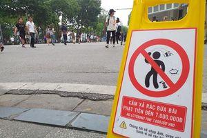 Phạt 7 triệu đồng với hành vi vứt rác bừa bãi trên phố đi bộ hồ Hoàn Kiếm