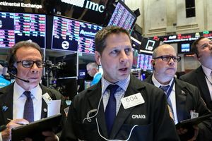Nỗi lo thương mại 'thổi bay' 470 điểm của Dow Jones