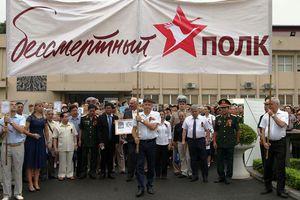 Hơn 1.000 người diễu hành tưởng niệm 'Binh đoàn bất tử'