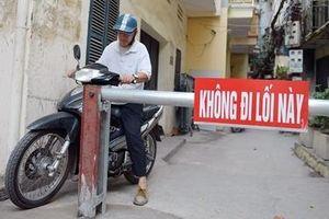Ngõ nhỏ Hà Nội 'mọc' barie để chặn xe máy vì quá ồn