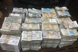 Vợ chồng cụ ông 78 tuổi chở bao tải tiền lẻ đi gửi tiết kiệm