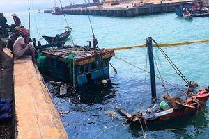 Hai tàu cá bị sóng biển đánh chìm