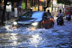 Sài Gòn chính thức vào mùa mưa, ngập bủa vây phố nhà giàu Thảo Điền