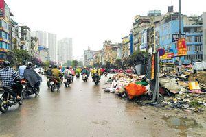 Đường Trường Chinh ùn tắc vì rác thải tràn đường