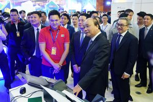 Thủ tướng tham quan triển lãm, dự diễn đàn phát triển DN công nghệ Việt Nam