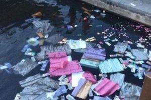 Hai người rải vàng mã trên sông Hương bị phạt tiền triệu