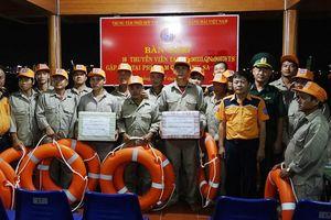 Xuyên đêm cứu 16 ngư dân gặp nạn tại vùng biển Hoàng Sa
