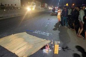 Đang đứng trên lề đường, nam thanh niên bị xe máy tông chết