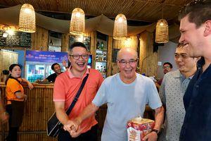Gặp tỉ phú Anh, ông chủ Tottenham Hotspur đi du thuyền đến Phú Quốc: Mê nước mắm!