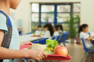 Cho học sinh ăn đồ nguội vì thiếu tiền bán trú