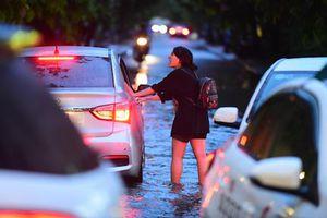 Người Sài Gòn lại bì bõm lội nước trên phố sau trận mưa lớn
