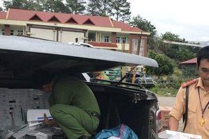 Bán tải chở hàng không rõ nguồn gốc gặp tai nạn giữa đường, tài xế bỏ xe thoát thân