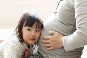 Sắp sinh thêm em bé các mẹ cũng đừng quên chuẩn bị những điều này cho cả con lớn nữa