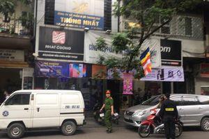 Công an khám xét cửa hàng điện thoại Nhật Cường tại Lý Quốc Sư