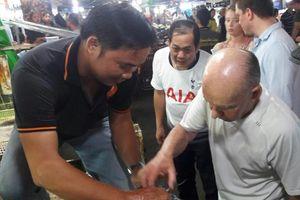 Tỷ phú Anh tận tay cầm cua, giao lưu cùng người dân ở chợ đêm Phú Quốc