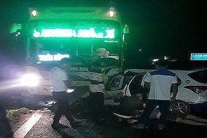 Taxi đối đầu xe khách, 5 người thương vong