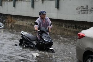 Nhiều tuyến đường ở Sài Gòn thành 'sông' sau cơn mưa đầu mùa