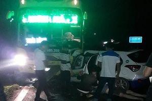 Taxi đấu đầu xe khách trong đêm, 5 người thương vong