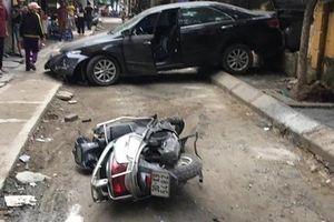 Hà Nội: Lùi xe trong ngõ, nữ tài xế ô tô cán chết người đi xe máy
