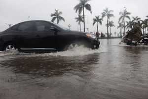 Đường phố Hà Tĩnh thành 'sông' sau trận mưa lớn
