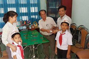 Hai học sinh lớp 3 nhặt được 6 chỉ vàng đem trả lại người mất