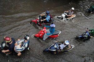 Nhiều tuyến đường tại TPHCM biến thành sông sau trận mưa lớn .