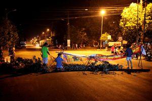 Dân Quảng Ngãi dựng rào chắn phản đối trạm nước thải khu công nghiệp bốc mùi hôi thối