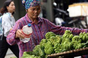 Chùm ảnh: Giữa mùa hè, trời se lạnh, nhiều người dân Thủ đô ngỡ như Tết đang về
