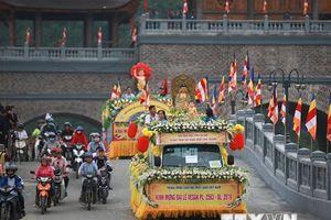 Hình ảnh diễu hành xe hoa từ thành phố Phủ Lý về chùa Tam Chúc