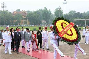 Thủ tướng Nepal và Phu nhân vào Lăng viếng Chủ tịch Hồ Chí Minh