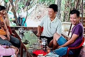Nụ cười của cặp vợ chồng nghèo trả lại túi xách chứa hơn 100 triệu cho chủ nhân