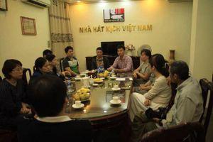 Nhà hát Kịch Việt Nam trao hơn 300 triệu cho gia đình nạn nhân hầm chui Kim Liên
