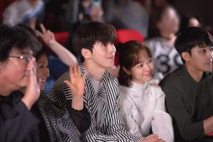 Nam Joo Hyuk ga lăng cởi áo khoác cho 'chị đẹp' Han Ji Min, fan lại đùng đùng 'gọi hồn' người này