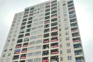 Cư dân khu đô thị Dịch Vọng treo băng rôn phản đối lấy đất công viên làm bãi xe